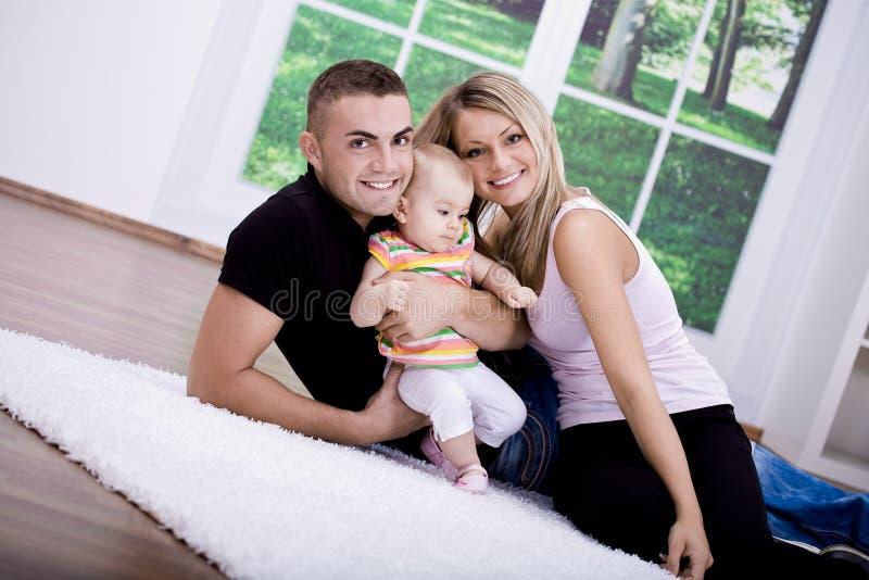 Download Família feliz imagem de stock. Imagem de dentro, sorrir - 16854525