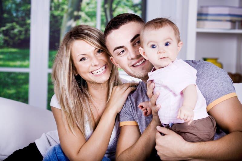Download Família feliz foto de stock. Imagem de quarto, dentro - 16854534