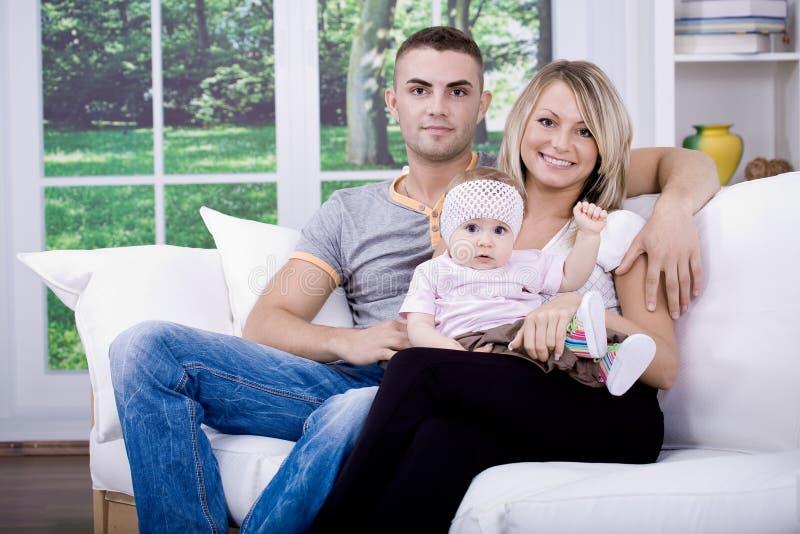 Download Família feliz foto de stock. Imagem de bebê, home, interior - 16857074