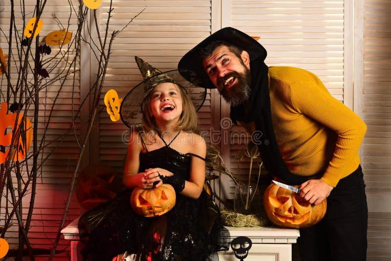 A família feliz aprecia o partido do Dia das Bruxas O pai e a filha comemoram o partido do Dia das Bruxas Pai e criança preparado fotografia de stock royalty free