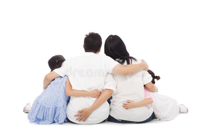 Família feliz asiática que senta-se no assoalho Isolado no branco fotos de stock royalty free