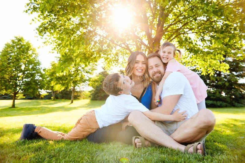 Família feliz com as crianças que descansam junto imagem de stock royalty free