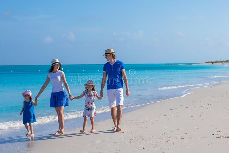 Família feliz com as duas meninas em férias de verão foto de stock