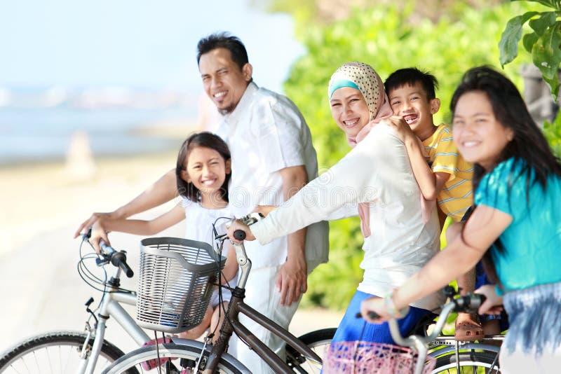 Download Família Feliz Com Bicicletas Imagem de Stock - Imagem de criança, praia: 26505067