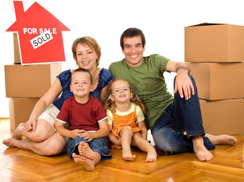 Família feliz com caixas de cartão