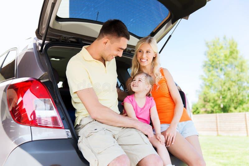 Família feliz com carro do carro com porta traseira fora fotos de stock