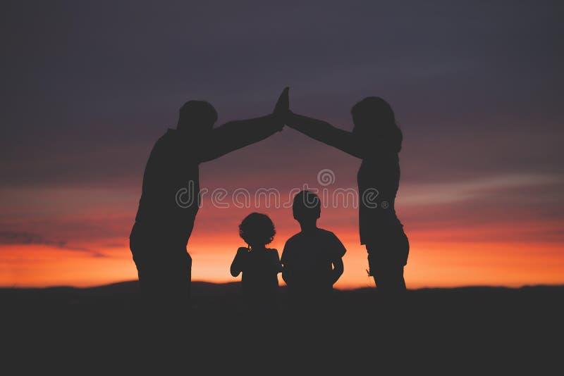 Família feliz com casa ideal imagem de stock royalty free