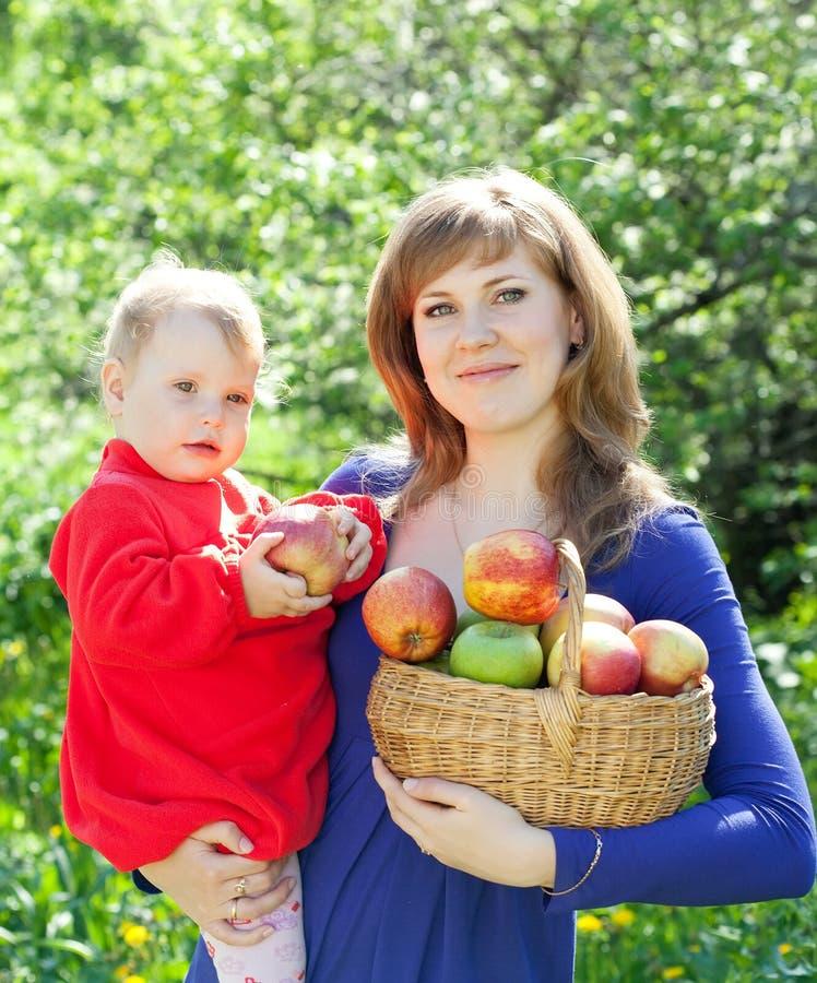 Família feliz com maçãs imagem de stock