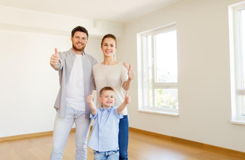 Família feliz com a criança que move-se para a casa nova imagens de stock royalty free