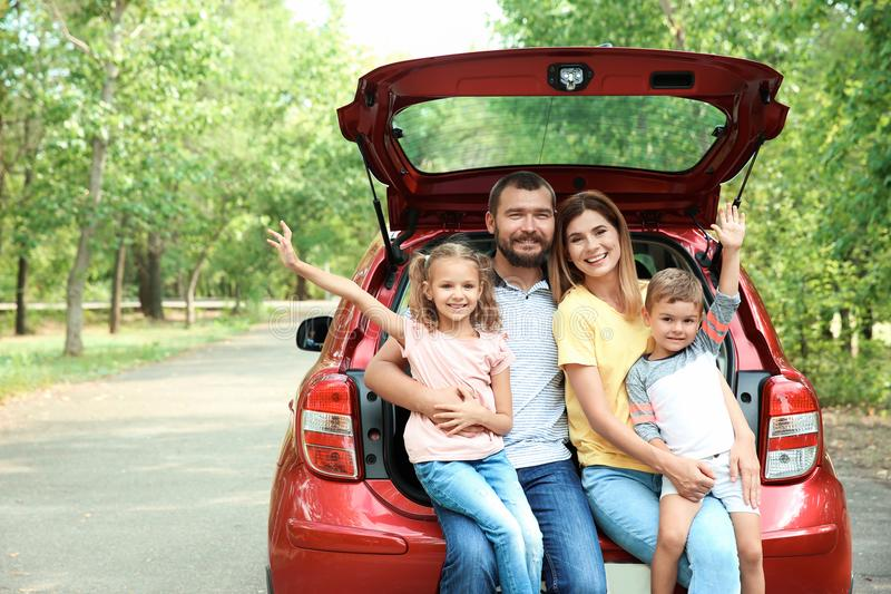 Família feliz com crianças e carro, fora fotografia de stock