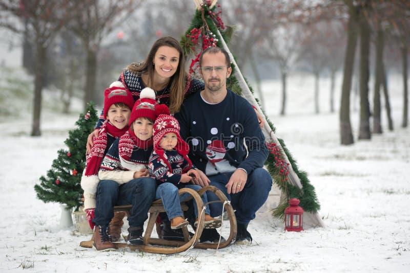 Família feliz com crianças, tendo o divertimento exterior na neve em Cristo foto de stock royalty free