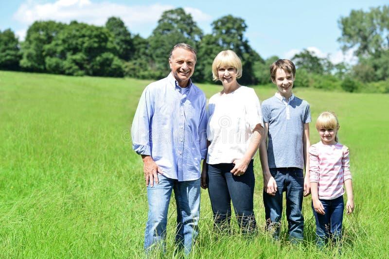 Família feliz com duas crianças fotografia de stock