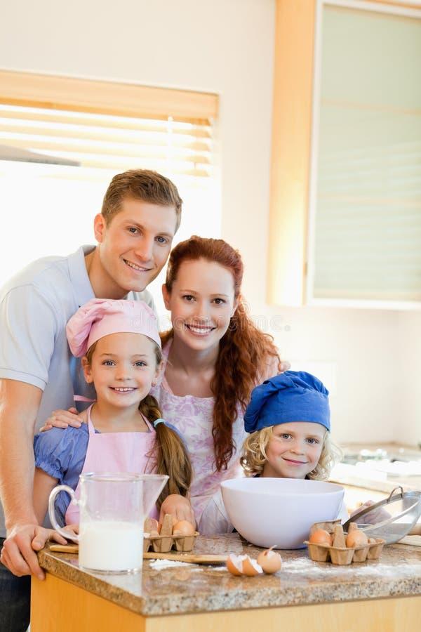 Família feliz com ingredientes do cozimento fotografia de stock