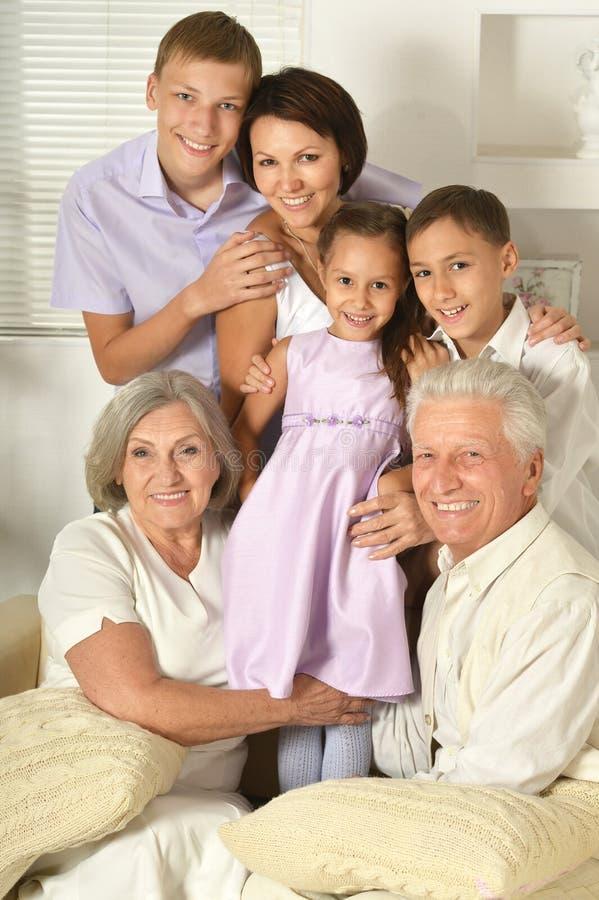 Família feliz com miúdos imagem de stock