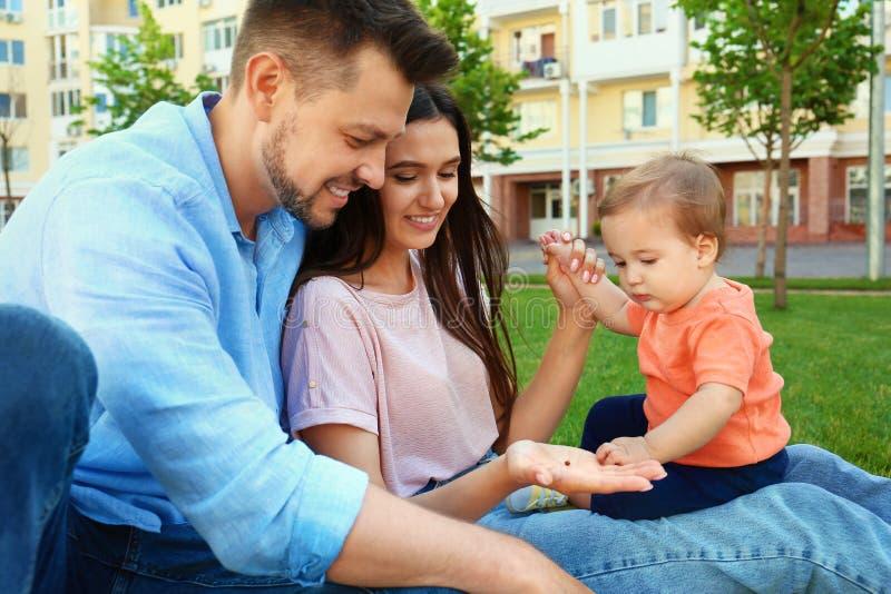 Família feliz com o bebê pequeno adorável imagens de stock royalty free