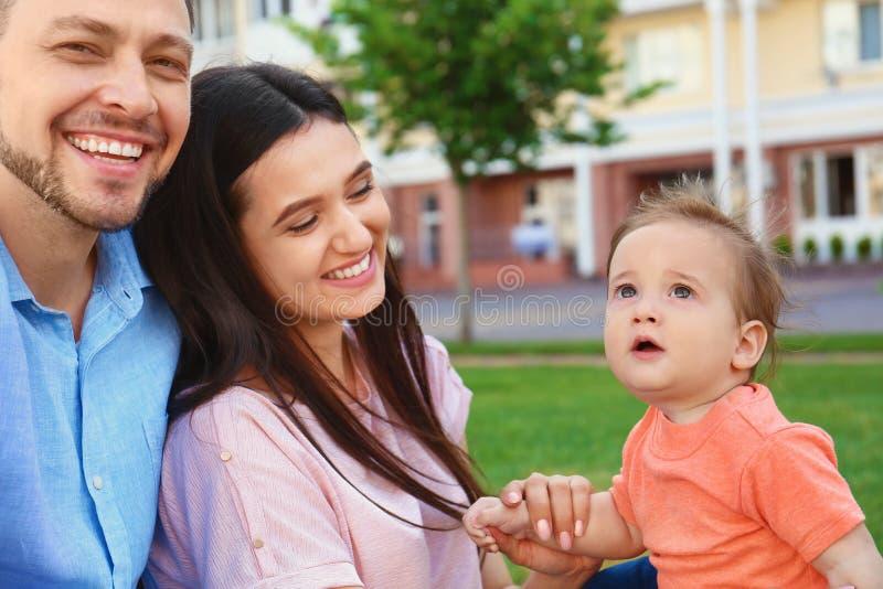 Família feliz com o bebê pequeno adorável imagens de stock