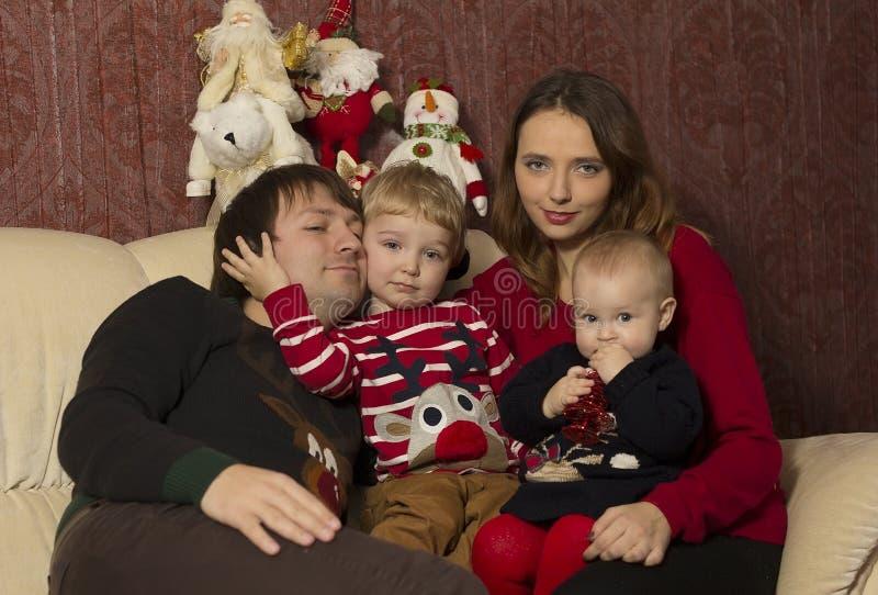 Família feliz com o bebê sob a árvore de Natal decorada, presentes imagens de stock
