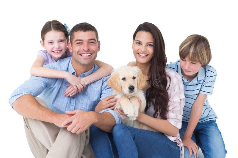 Família feliz com o cão bonito sobre o fundo branco imagens de stock