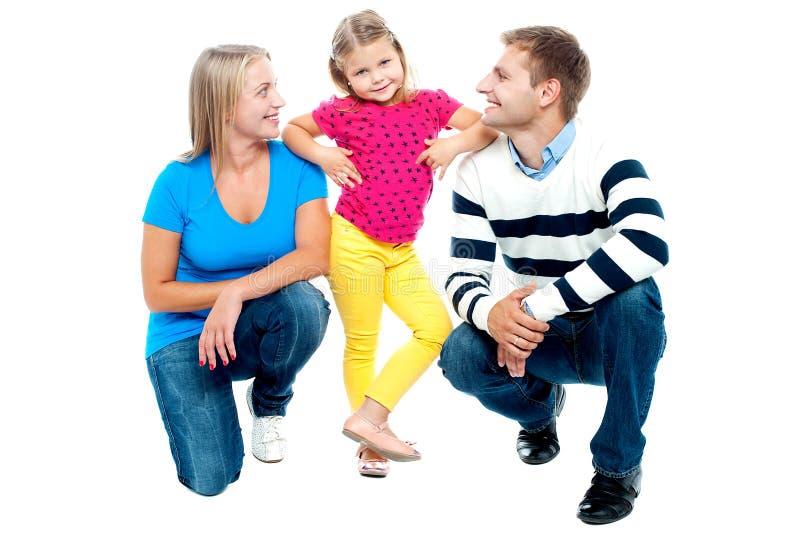 Família feliz com o miúdo isolado junto no branco fotografia de stock