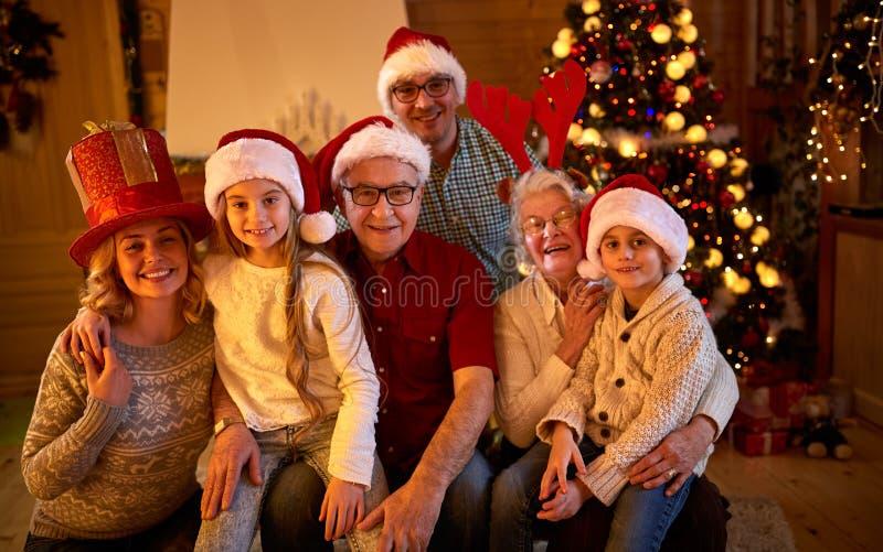 Família feliz com os presentes no xmas fotografia de stock