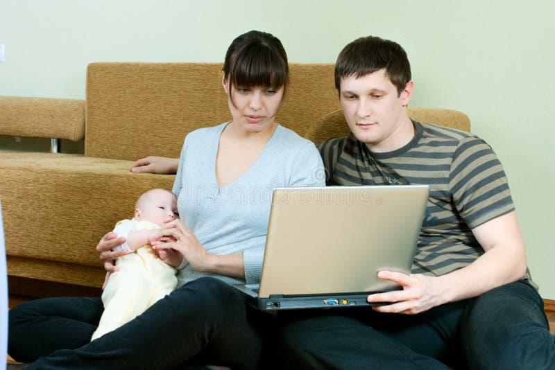 Família feliz com portátil foto de stock