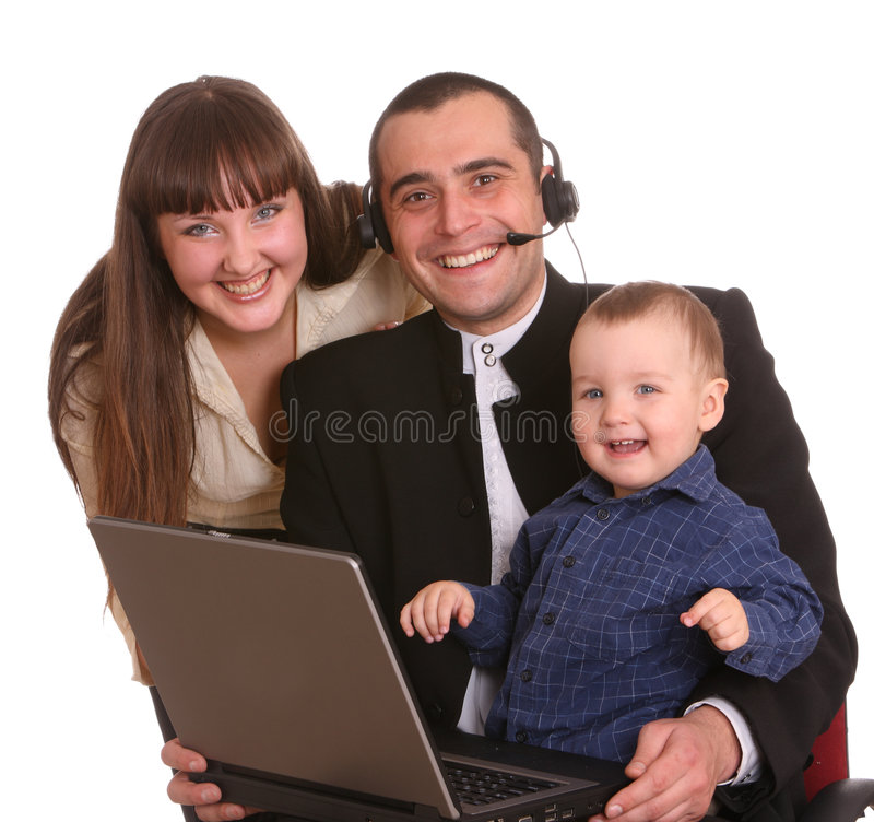 Família feliz com portátil e auriculares. foto de stock royalty free