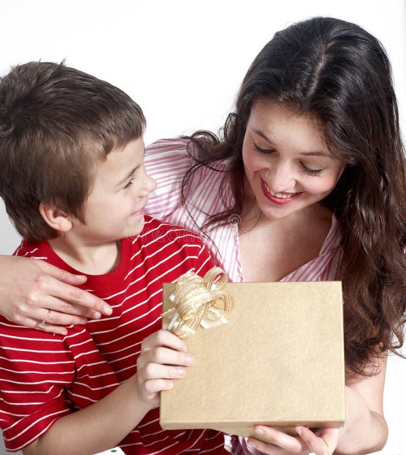 Família feliz com presentes imagem de stock