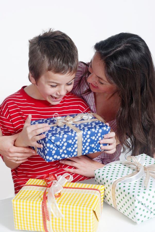 Família feliz com presentes fotos de stock