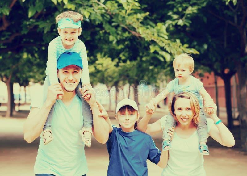 Família feliz com três crianças fotografia de stock