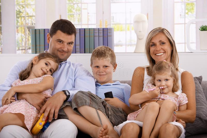 Família feliz com três crianças em casa fotos de stock