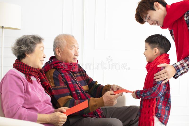 A família feliz comemora o ano novo chinês em casa foto de stock royalty free