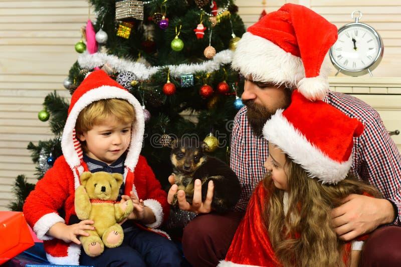 A família feliz comemora o ano novo e o Natal imagens de stock royalty free