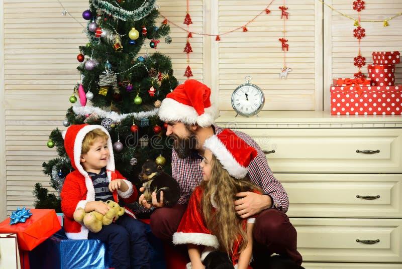 A família feliz comemora o ano novo e o Natal foto de stock