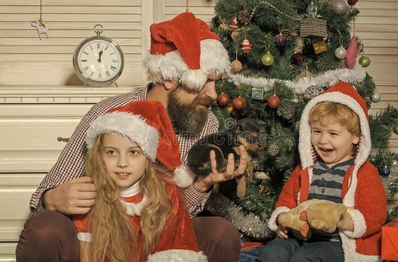 A família feliz comemora o ano novo e o Natal fotografia de stock