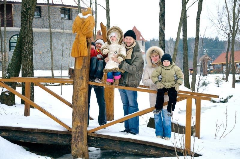 A família feliz de seis povos passa o tempo foto de stock