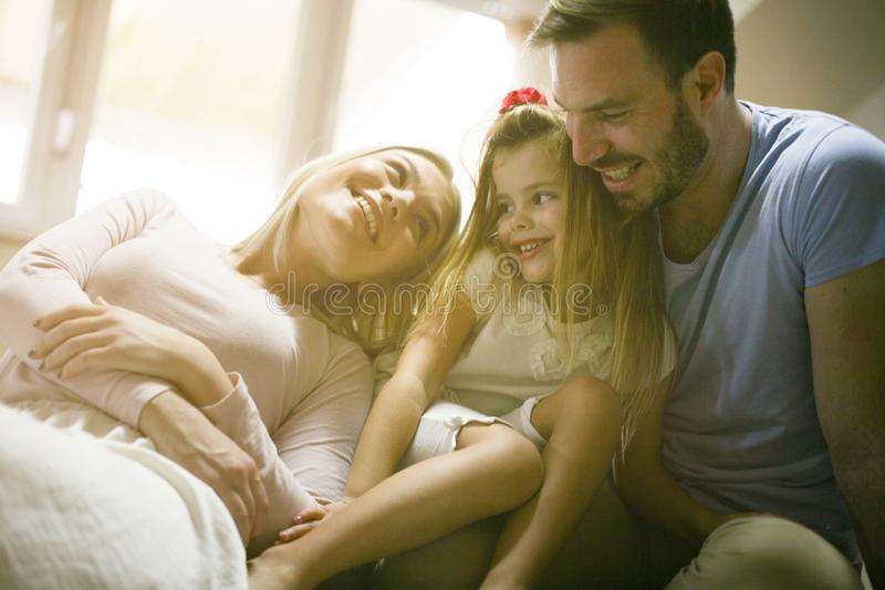 Família feliz de sorriso em casa foto de stock royalty free
