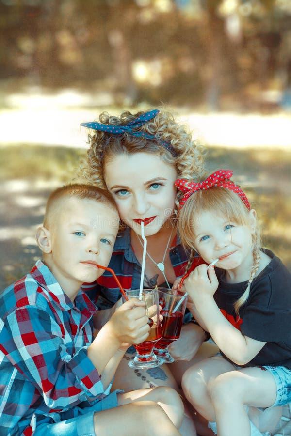 A família feliz de três pessoas está tendo o divertimento imagens de stock royalty free