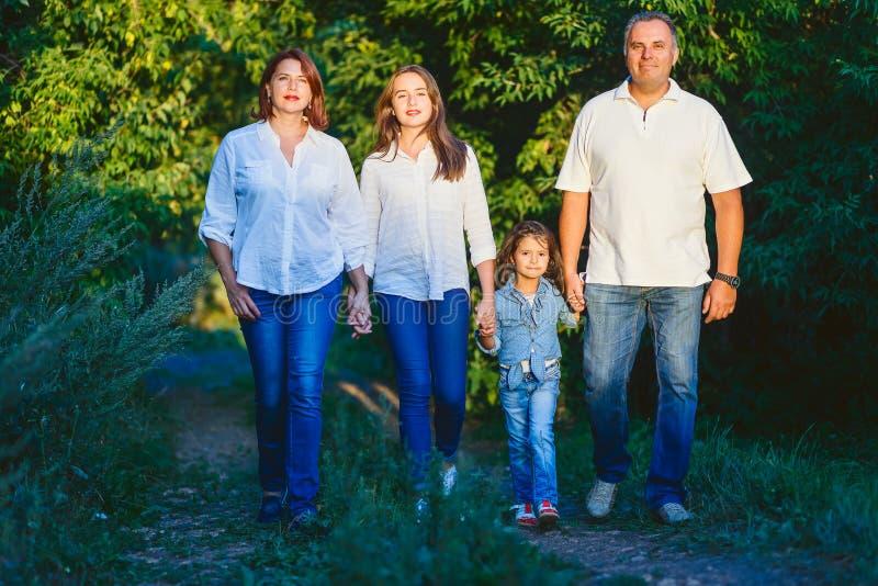 A família feliz dirigiu pelo pai do verão no parque fotografia de stock royalty free