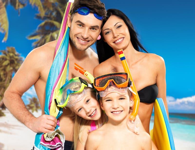Família feliz do divertimento com as duas crianças na praia tropical foto de stock royalty free