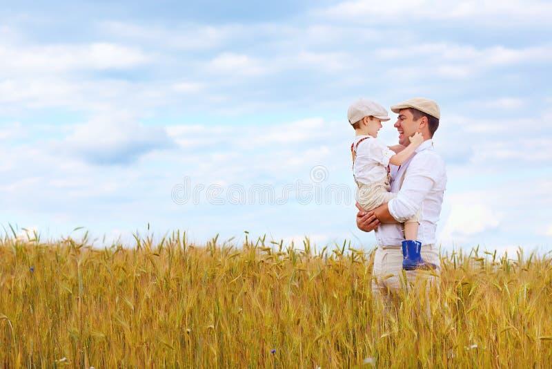 Família feliz do fazendeiro no campo de trigo imagem de stock royalty free