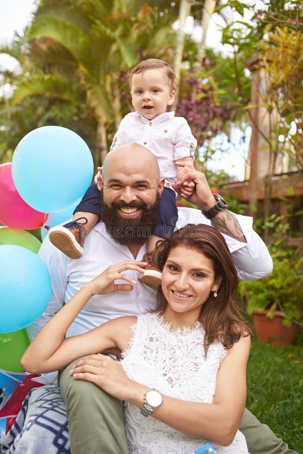Família feliz do latino que comemora o aniversário imagem de stock