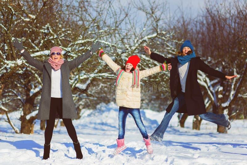 Família feliz Dois mulher e menina um o inverno andam na natureza imagens de stock