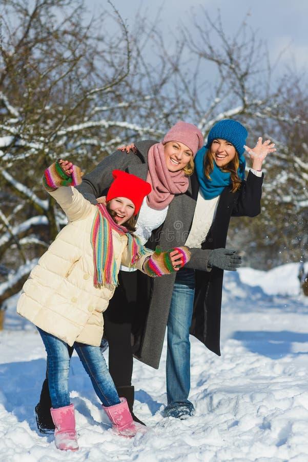 Família feliz Dois mulher e menina um o inverno andam na natureza imagens de stock royalty free