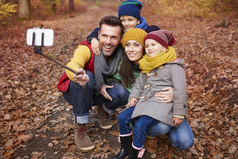 Família feliz durante o outono foto de stock royalty free