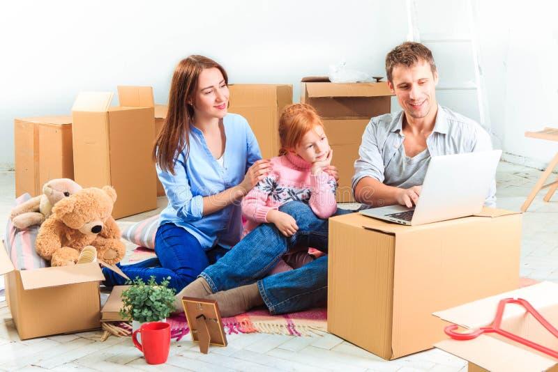 A família feliz durante o reparo e o internamento imagem de stock