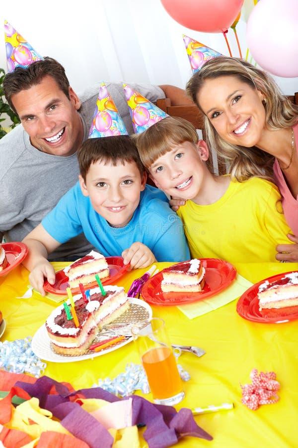 Família feliz e aniversário imagens de stock