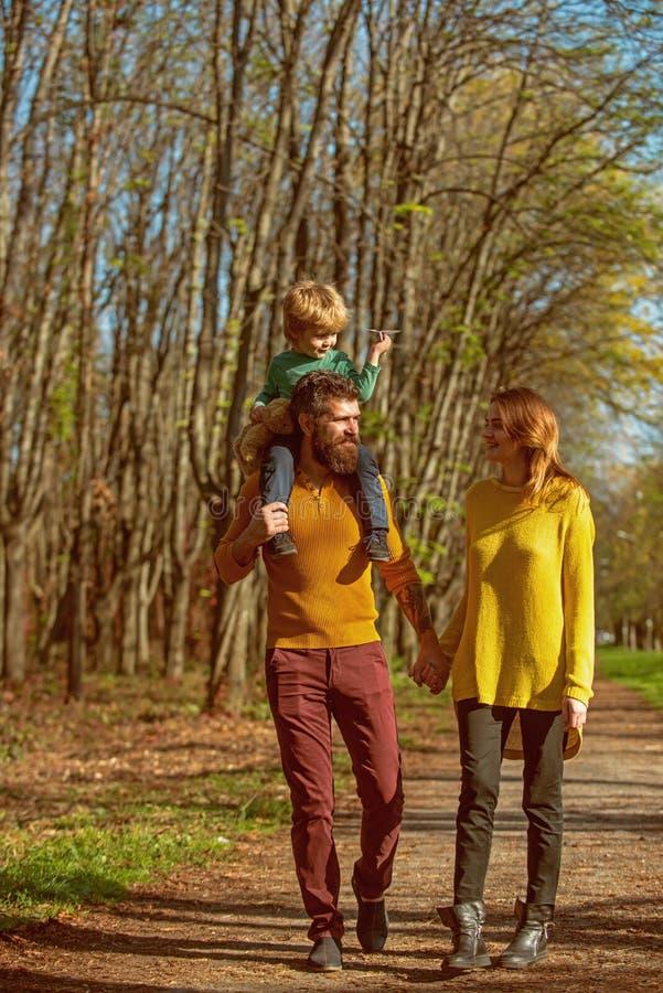 A família feliz e a criança pequena com plano de papel apreciam o tempo livre exterior, conceito da liberdade Livre circulação Nó foto de stock