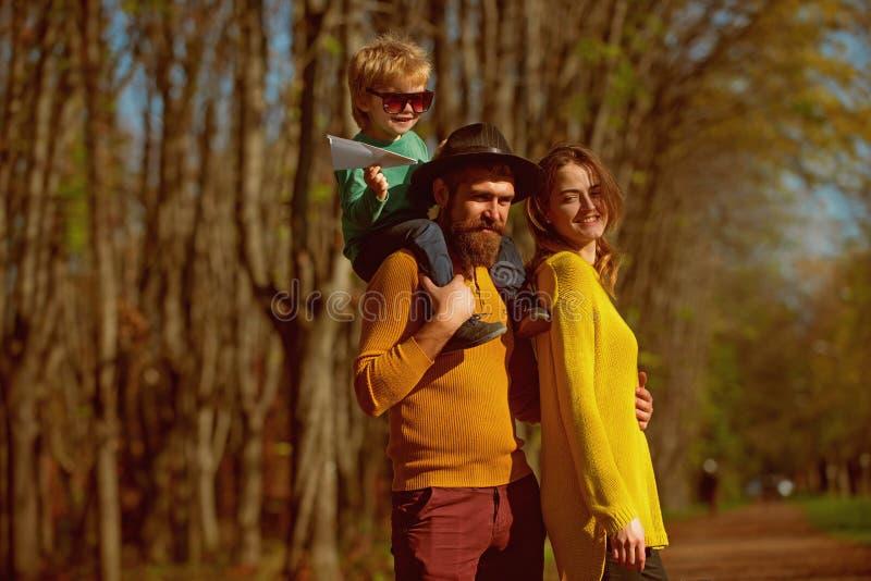 Família feliz e criança pequena com plano do papel para apreciar a liberdade exterior Livre circulação A felicidade está livre imagem de stock