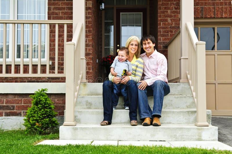 Família feliz em casa foto de stock royalty free