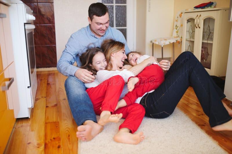 Família feliz em casa no assoalho foto de stock royalty free